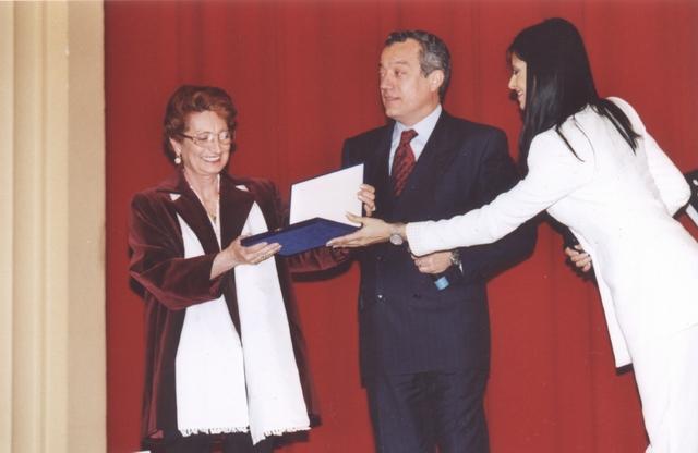 Consegna del premio F.I.M.A.A. per i quaranta anni alla carriera (convention 29/03/2001) da parte del Presidente della Federazione Italiana Mediatori d'Affari e di Natalia Estrada alla Sig.ra Giuseppina Fasano Ceccarelli